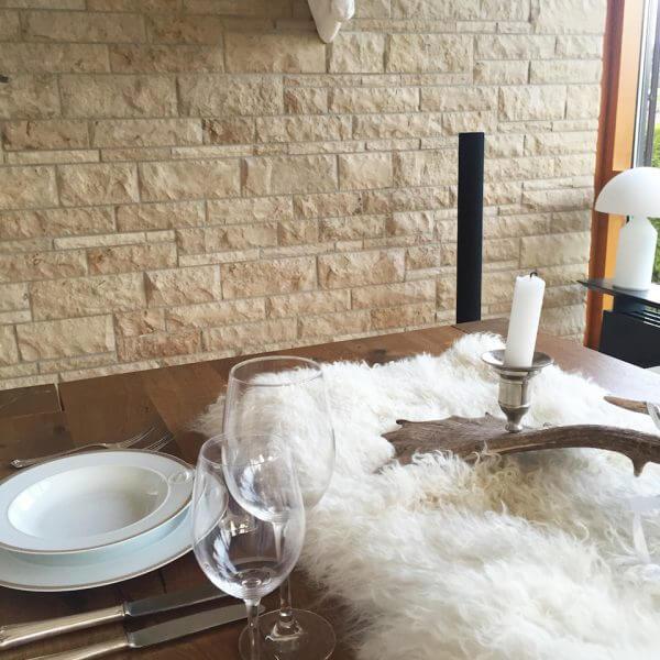 Schaffell Mongolia Tischläufer auf Tisch