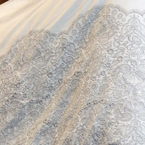 Bettwäsche mit Bestickung grau